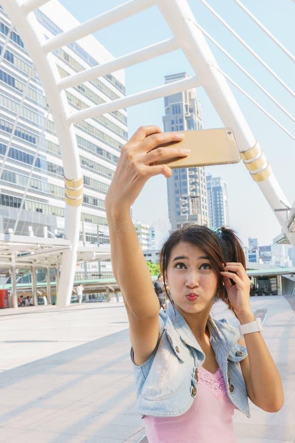 Menina bonita que toma um selfie imagem de stock