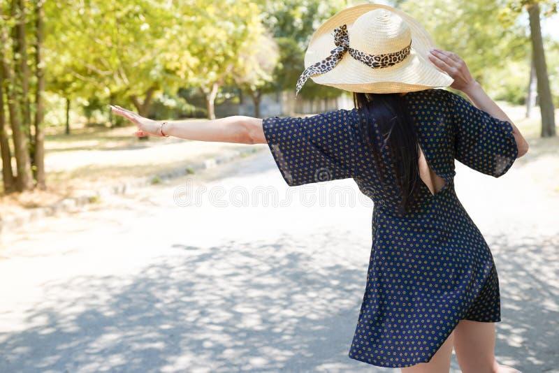 Menina bonita que viaja em Europa Imagem do estilo de vida do conceito da viagem por estrada da liberdade, do curso e das férias, foto de stock