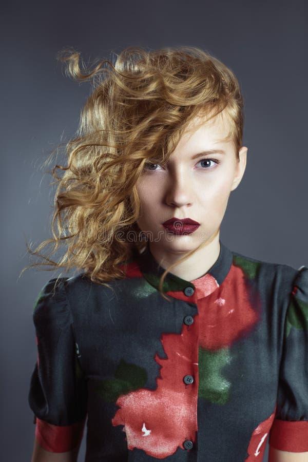 Menina bonita ruivo no vestido colorido imagem de stock royalty free