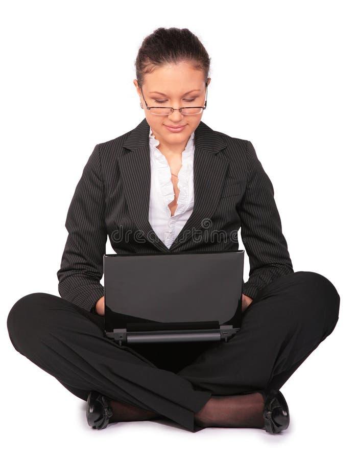 A menina bonita senta-se com caderno fotos de stock royalty free