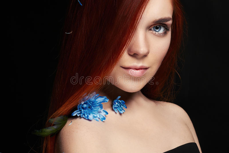 Menina bonita 'sexy' do ruivo com cabelo longo Retrato perfeito da mulher no fundo preto Cabelo lindo e beleza natural dos olhos  imagem de stock