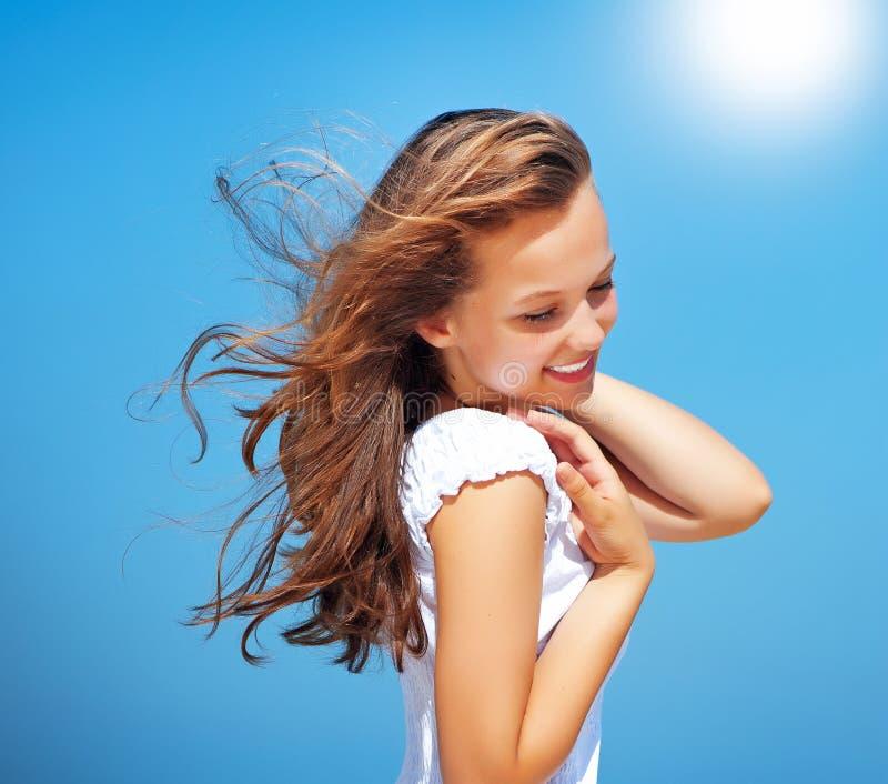 Menina bonita sobre o céu azul fotos de stock royalty free