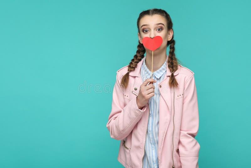 Menina bonita surpreendida no estilo ocasional, no penteado da trança e no pino fotos de stock