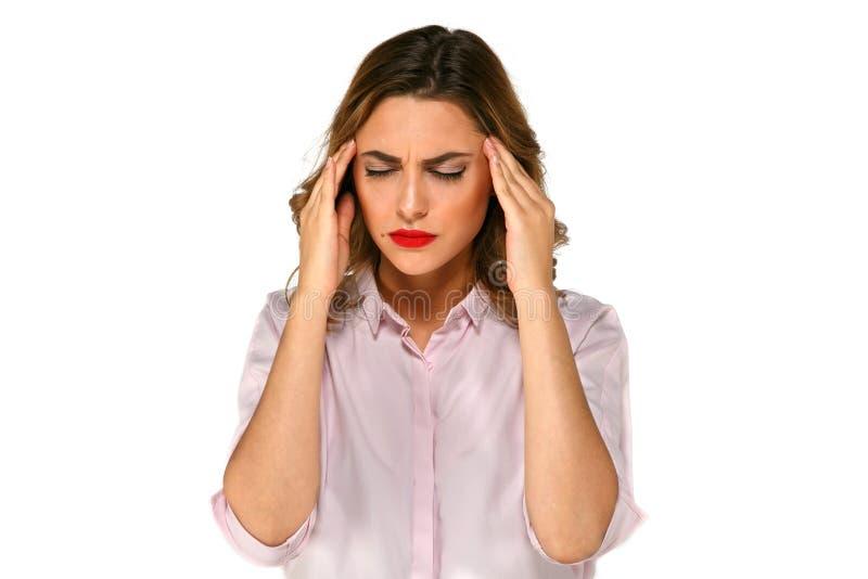 A menina bonita tem a dor de cabeça dolorosa fotografia de stock