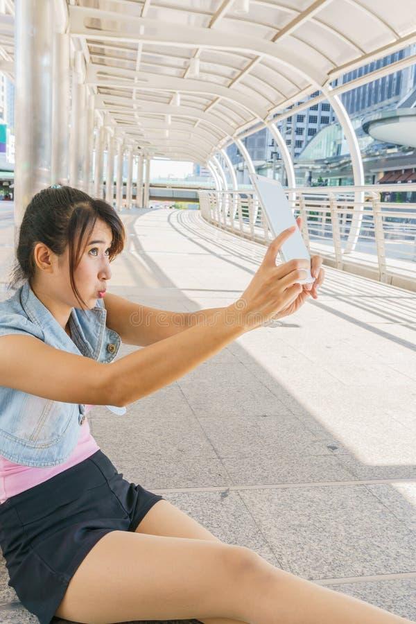 Menina bonita tomada imagens de seu auto imagem de stock royalty free