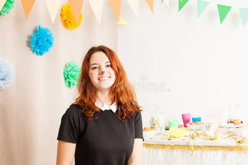 A menina bonita trabalha o animador na festa de anos fotografia de stock royalty free
