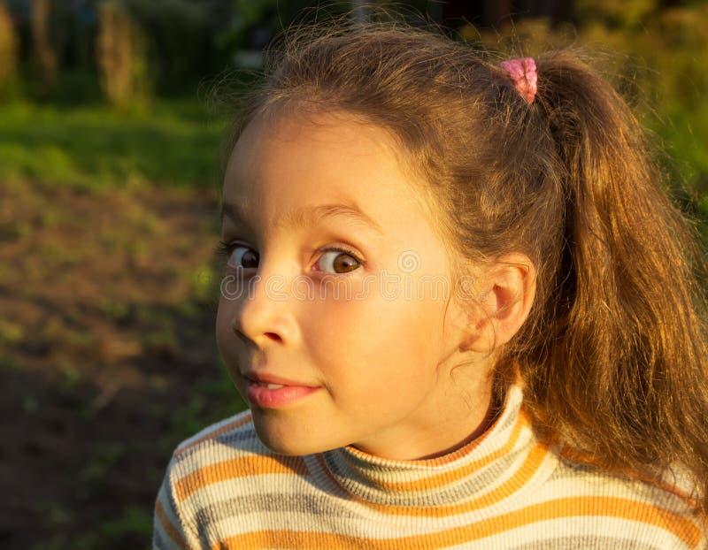 A menina bonito é surpreendida e chocada e tão feliz sobre ele fotografia de stock royalty free