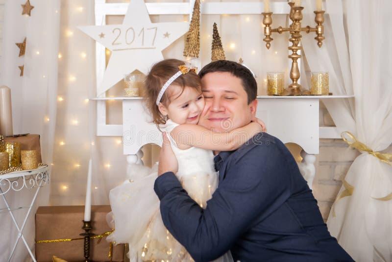 A menina bonito abraça seu pai foto de stock royalty free