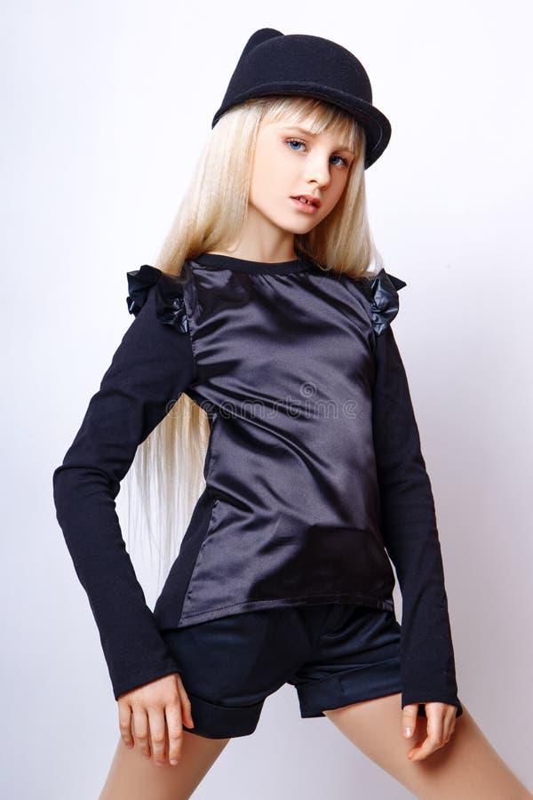 Menina bonito adolescente com o cabelo louro longo que levanta o retrato da natureza do estúdio imagem de stock royalty free