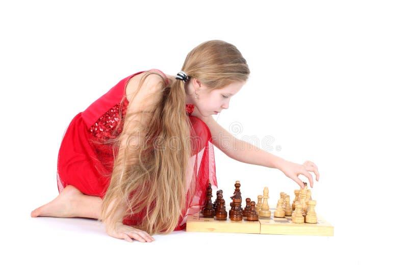 Menina bonito 9 anos de jogo velho na xadrez fotos de stock