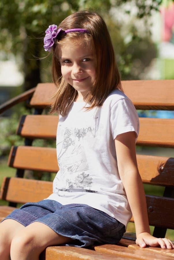 Menina bonito ao ar livre no verão foto de stock