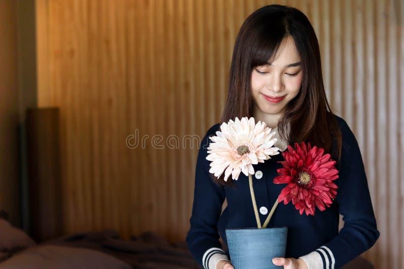 A menina bonito asiática da mulher da beleza sente o sorriso feliz apreciando o tempo em seu fundo do quarto, conceito da mulher  fotos de stock royalty free