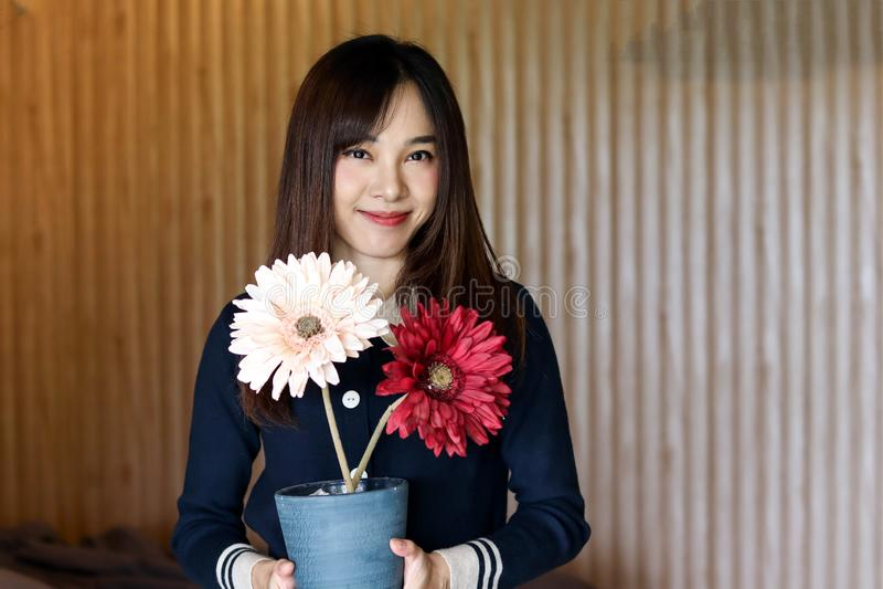 A menina bonito asiática da mulher da beleza sente o sorriso feliz apreciando o tempo em seu fundo do quarto, conceito da mulher  imagens de stock royalty free