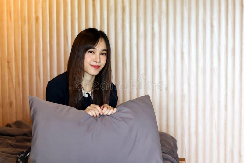 A menina bonito asiática da mulher da beleza sente o sorriso feliz apreciando o tempo em seu fundo do quarto, conceito da mulher  foto de stock