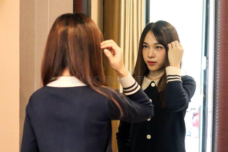A menina bonito asiática da mulher da beleza sente o sorriso feliz apreciando o tempo em seu fundo do quarto, conceito da mulher  fotografia de stock royalty free