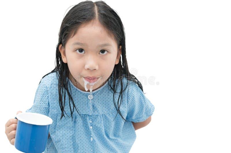 Menina bonito asiática para enxaguar sua boca após ter escovado os dentes imagem de stock