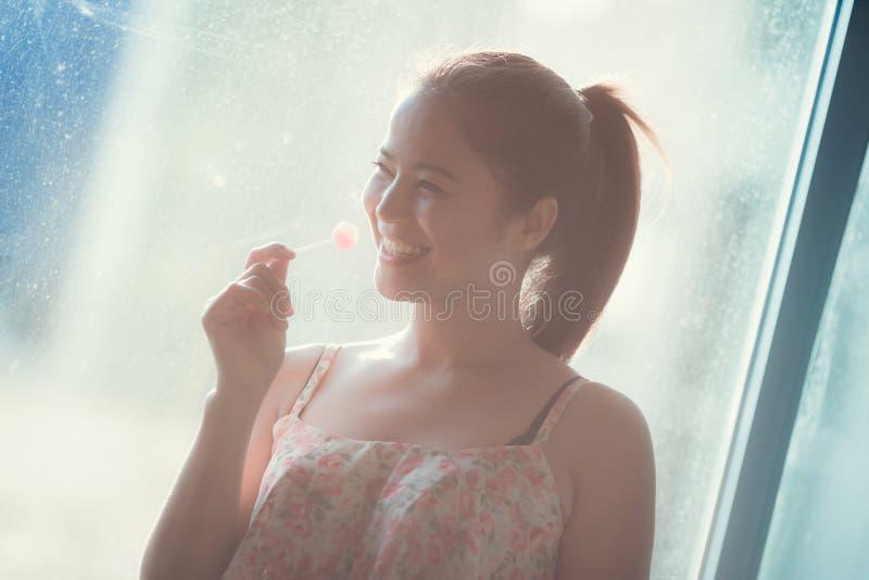 Menina bonito bonita smiley feliz e comem a sobremesa imagens de stock