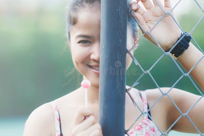 Menina bonito bonita smiley feliz e comem a sobremesa imagens de stock royalty free