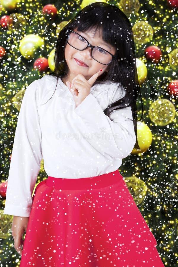 Menina bonito com árvore de Natal fotografia de stock