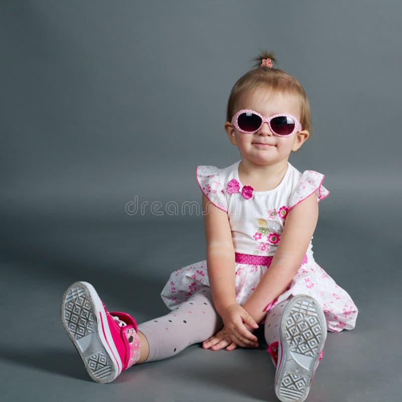 Menina bonito com óculos de sol foto de stock