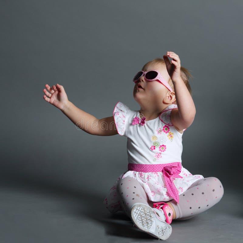 Menina bonito com óculos de sol imagem de stock