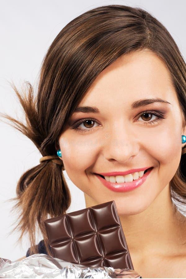 Menina bonito com a barra de chocolate fotos de stock royalty free