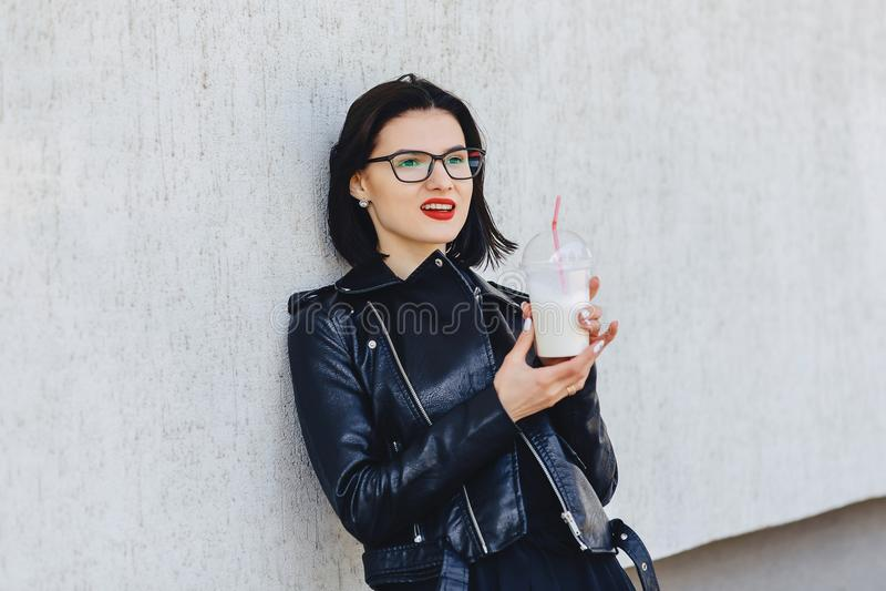 menina bonito com bebida fria no dia ensolarado fotografia de stock