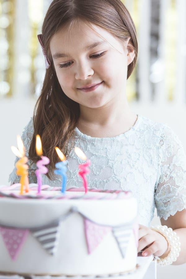 Menina bonito com bolo de aniversário imagens de stock