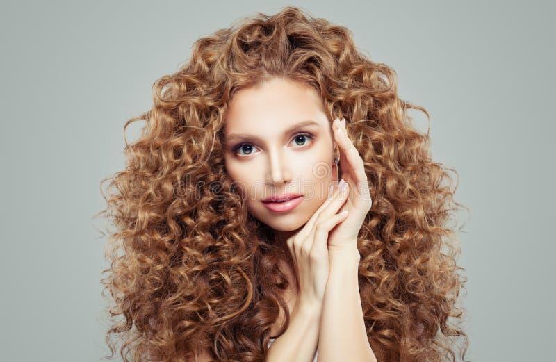 Menina bonito com cabelo curly longo Face bonita da mulher E fotos de stock royalty free