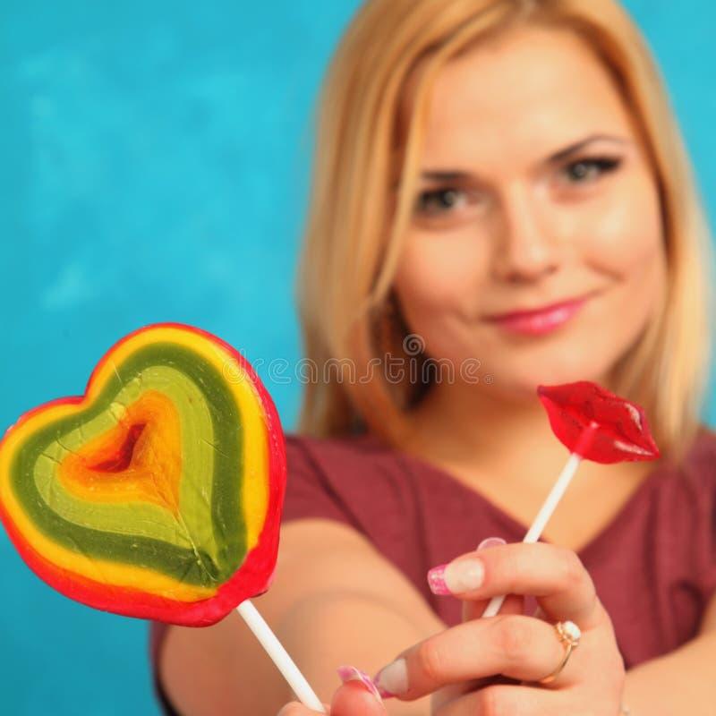 Menina bonito com candys brilhantes fotografia de stock royalty free