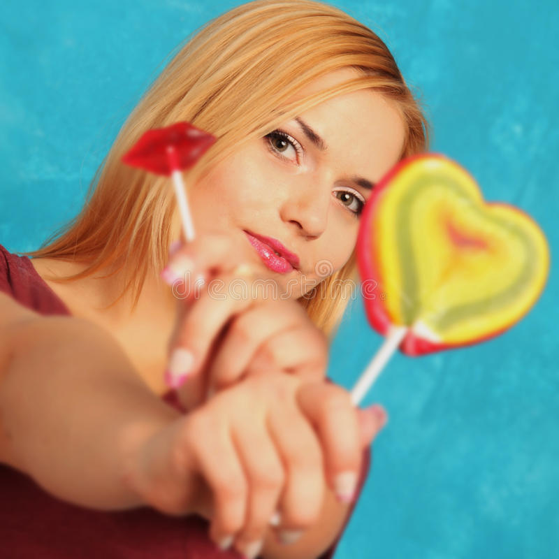 Menina bonito com candys brilhantes foto de stock royalty free