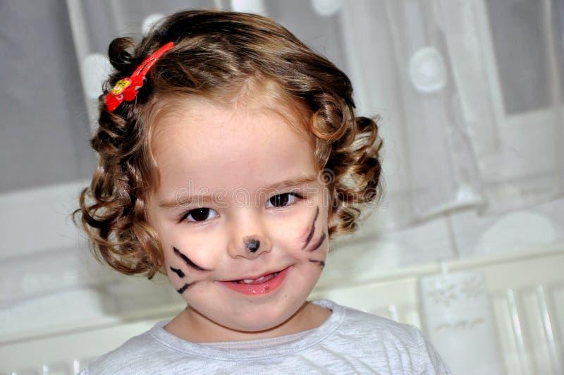 Menina bonito com a cara pintada como o gato imagem de stock royalty free