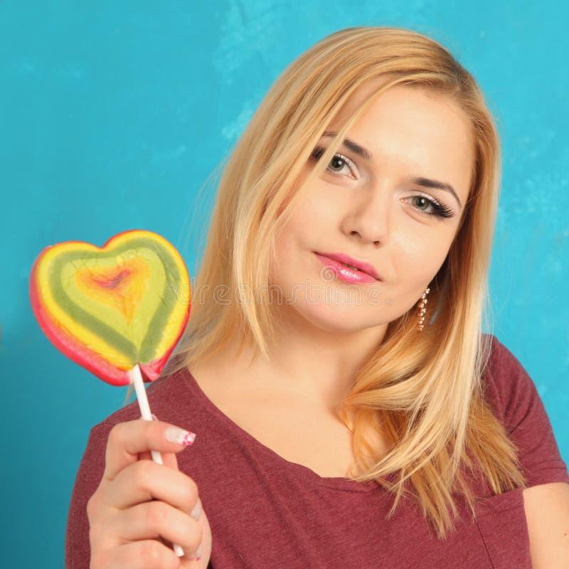 Menina bonito com doces brilhantes fotos de stock