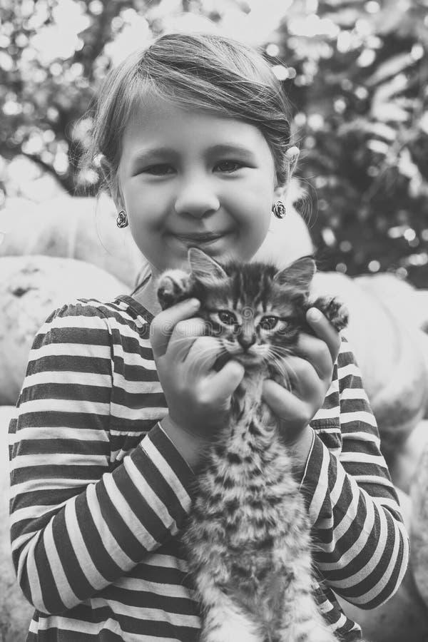 Menina bonito com gatinho fotos de stock
