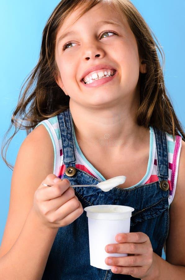 Menina bonito com iogurte rico probiótico fotografia de stock royalty free