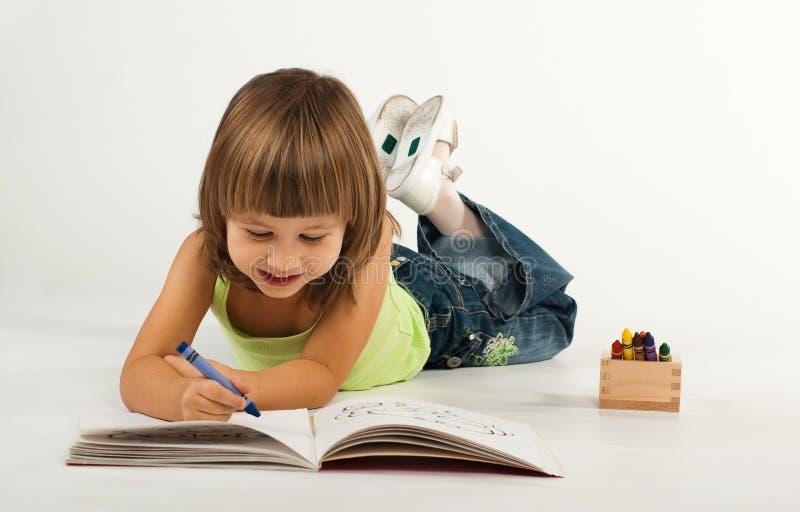 Menina bonito com livro de desenho fotografia de stock