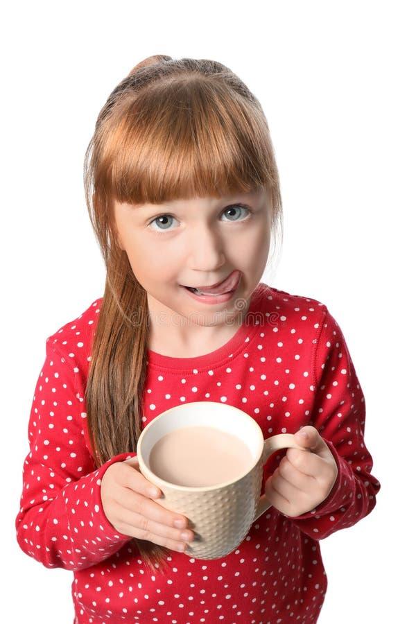 Menina bonito com o copo da bebida quente do cacau no fundo branco imagens de stock royalty free