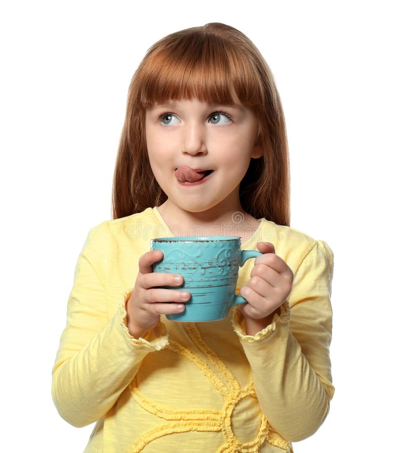 Menina bonito com o copo da bebida quente do cacau no fundo branco imagem de stock