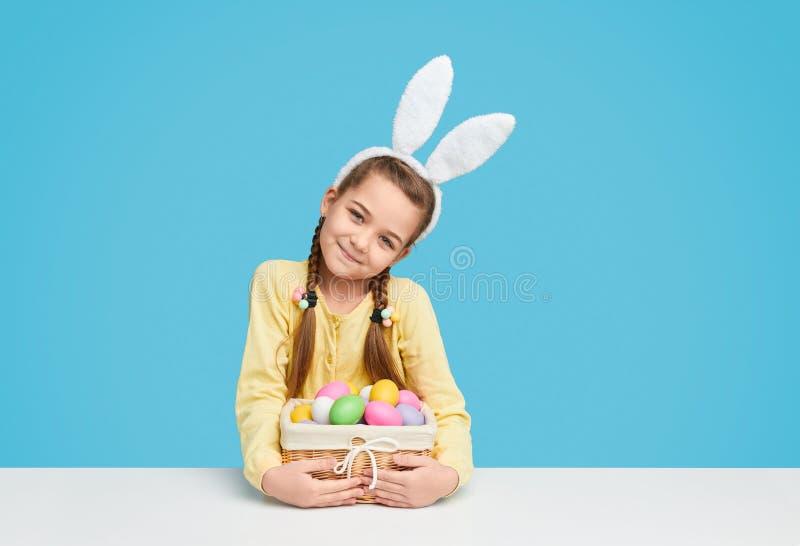 Menina bonito com ovos da páscoa coloridos fotografia de stock royalty free
