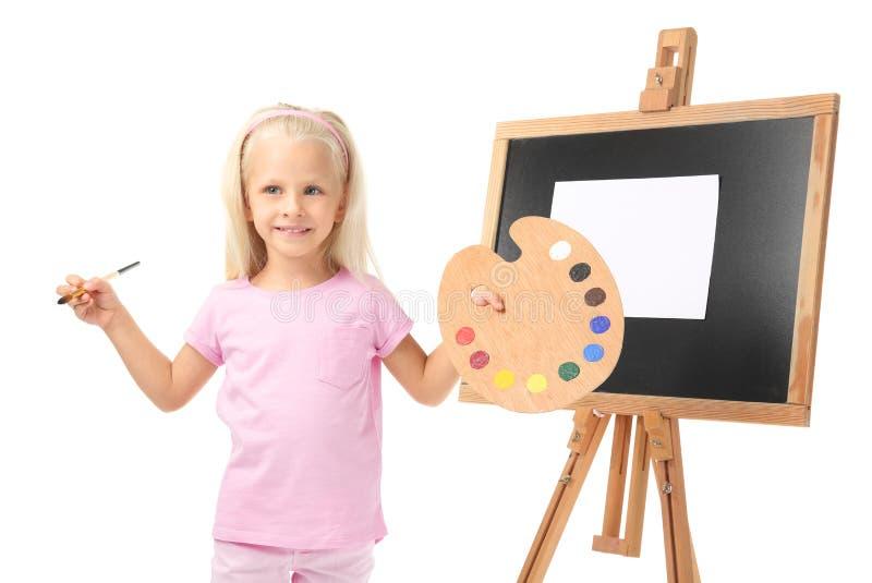 Menina bonito com paleta, escova e armação para pintar fotografia de stock