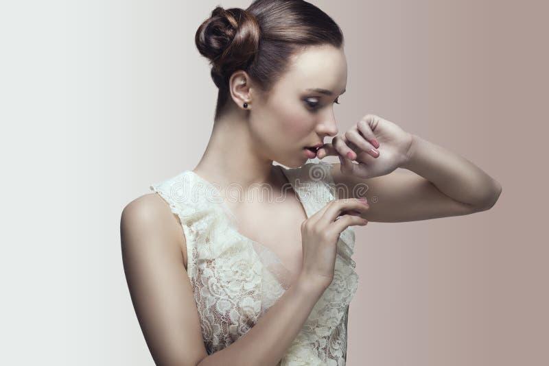 Menina bonito com penteado elegante fotografia de stock royalty free