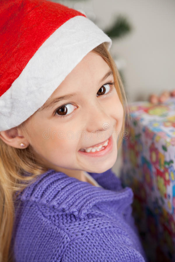 Menina bonito com presente de Natal fotografia de stock royalty free