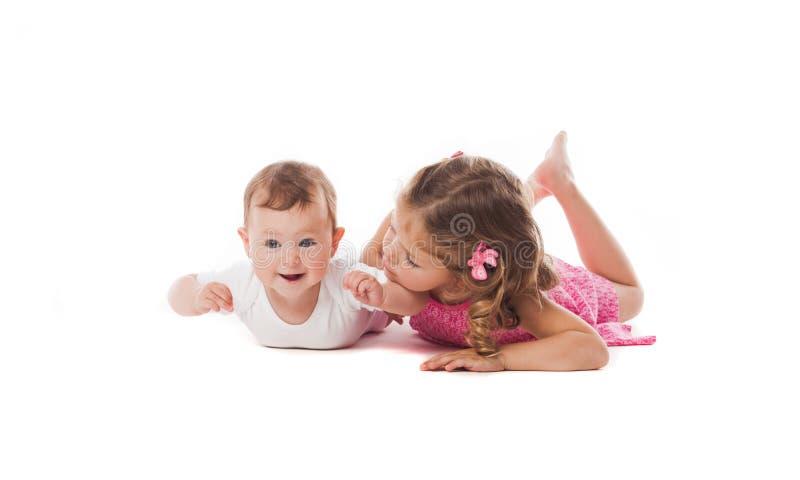 Menina bonito com seu irmã ou irmão recém-nascido imagens de stock royalty free
