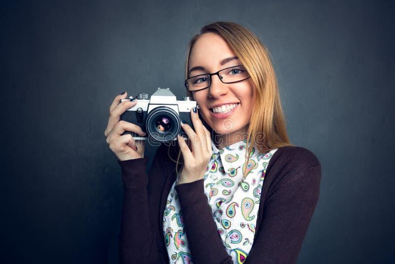 Menina bonito com sua câmera imagem de stock