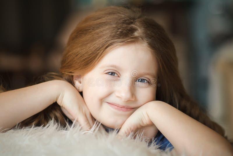 Menina bonito com tranças fotos de stock