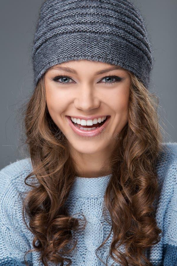 Menina bonito com um sorriso grande que tem uma boa estadia fotografia de stock royalty free