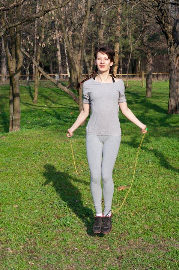 Menina bonito com uma corda de salto imagens de stock royalty free