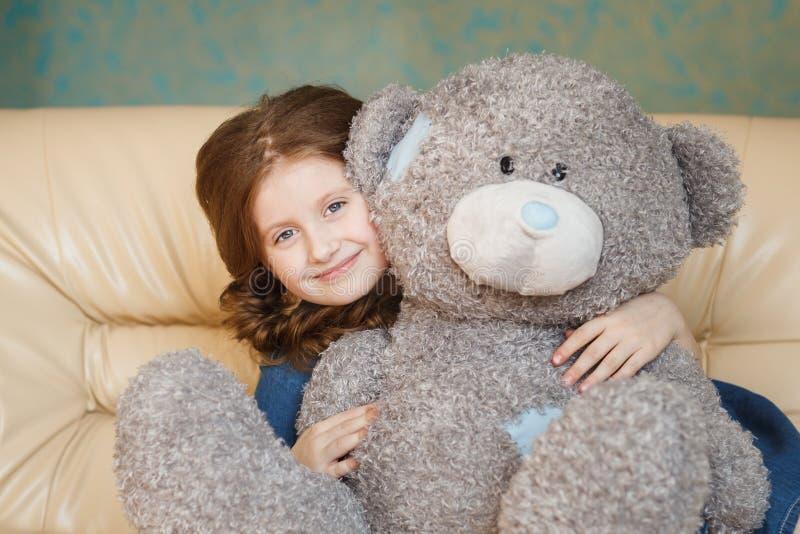 Menina bonito com urso de peluche imagens de stock