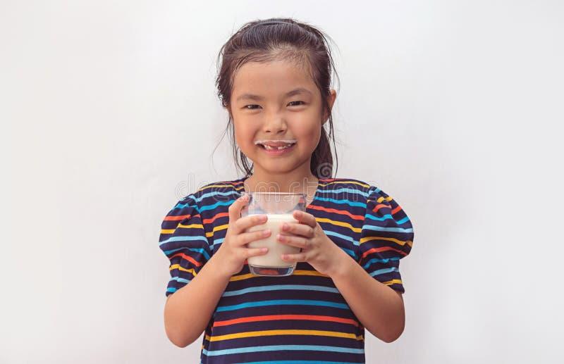 Menina bonito com vidro do leite imagens de stock
