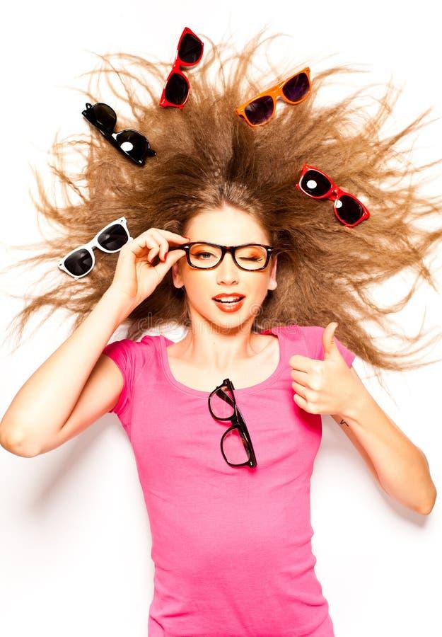 Menina bonito com vidros do cabelo curly e do moderno imagem de stock royalty free